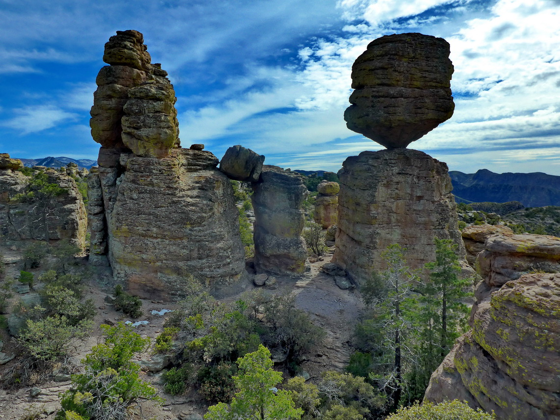 Huge balanced rock (diameter 22 feet - 7 meters, weight 1000 tons , height 25 feet - 8 meters)