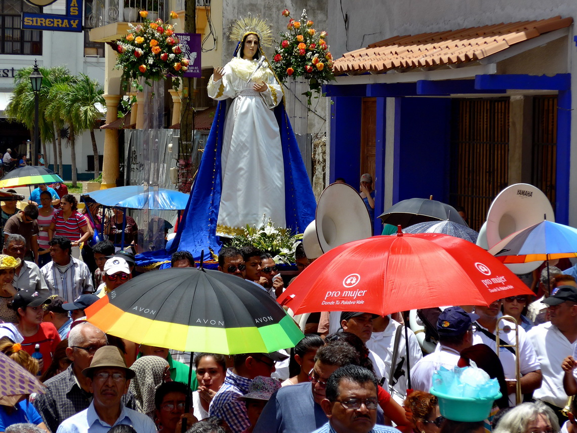 Good Friday procession in Leon: Blessed Virgin Mary with umbrellas of the cosmetic company Avon and the organisation Pro Mujer - for women