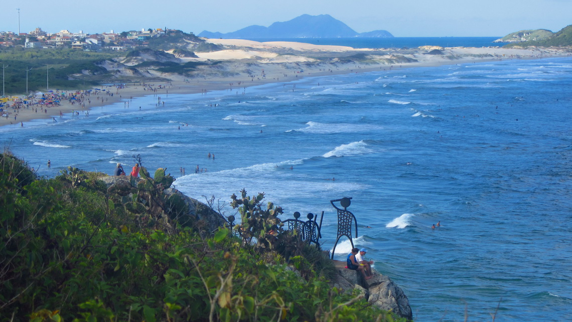 Beach Santinho with the starting point of the trail to the summit of Morro das Aranhas