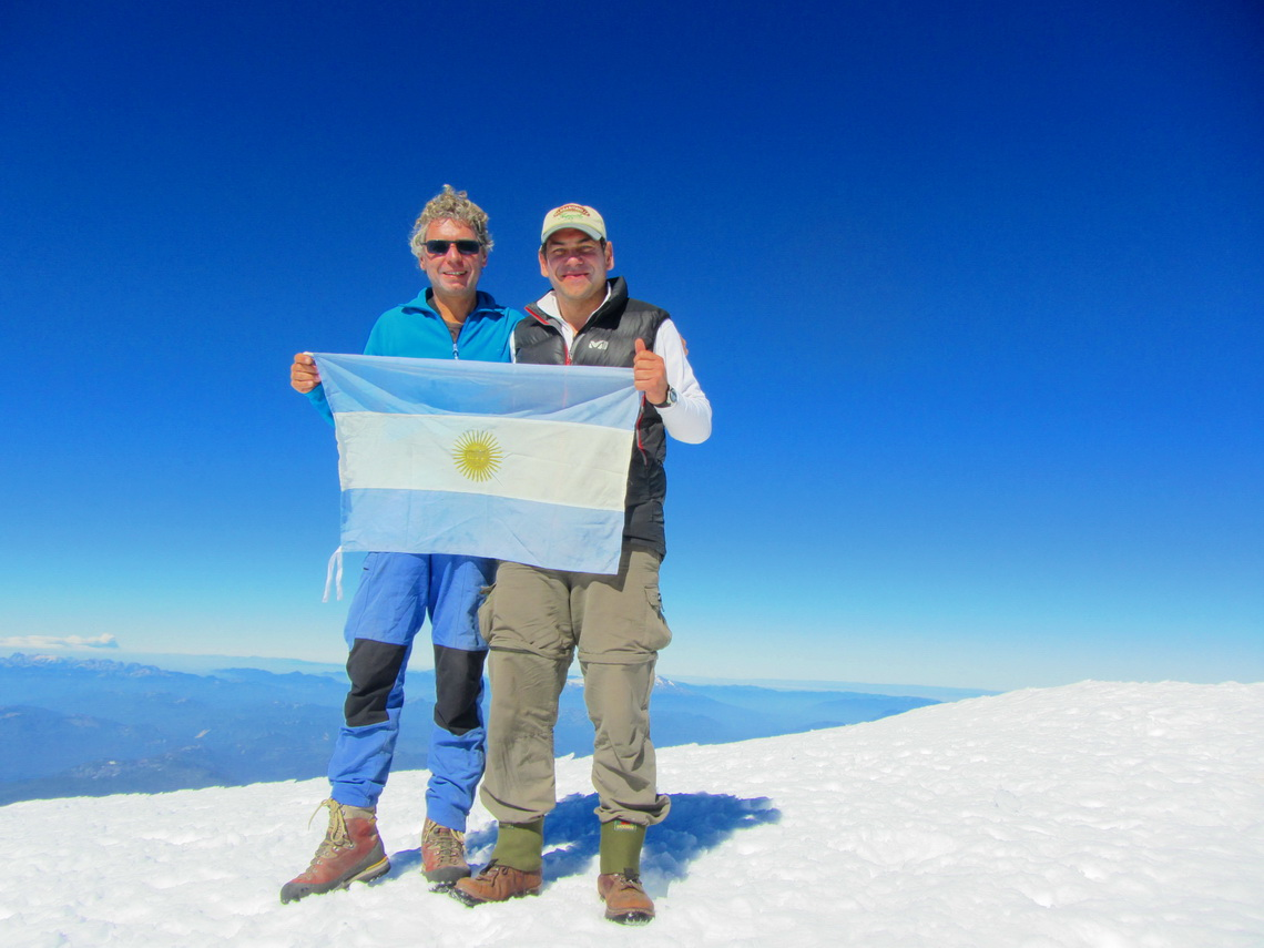 Alfred and Leandro hissing proudly the Argentine flag at 3776 meters
