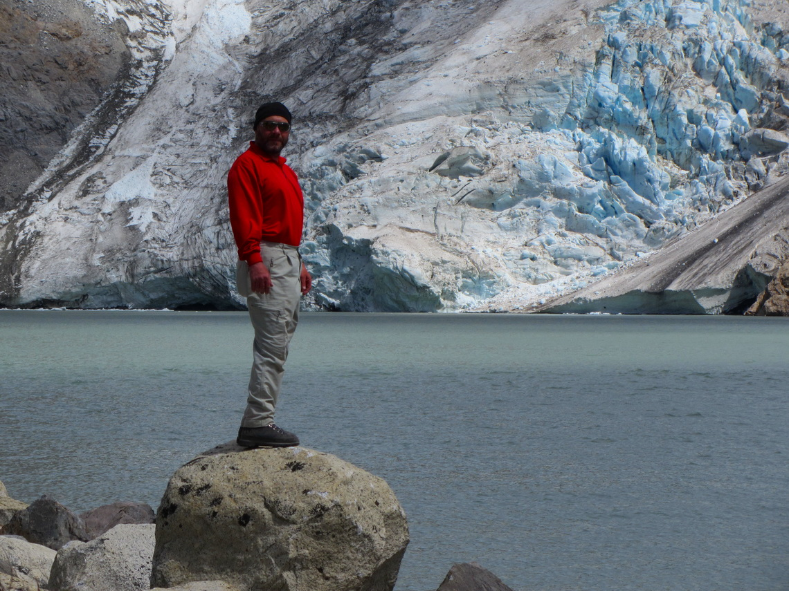 Tommy with Glaciar and Laguna Piedra Blancas (white stones) on the way to the camp Poincenot