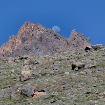 The moon in the gap of the top of Adofo Calle
