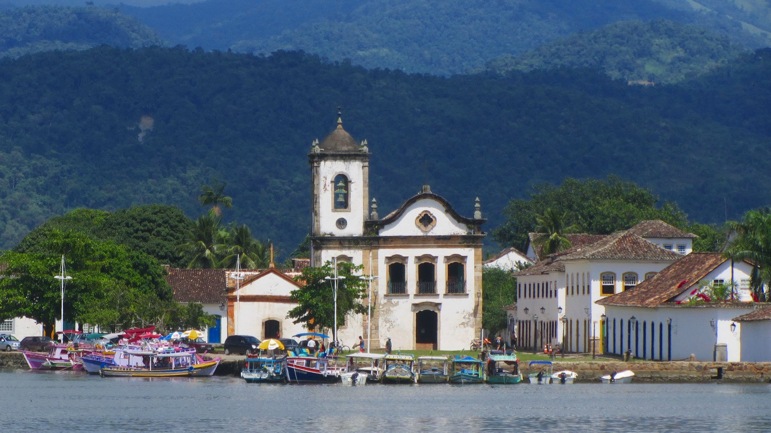 Church Igreja Santa Rita dos Pardos Libertos in Paraty, seen from the excursion boat