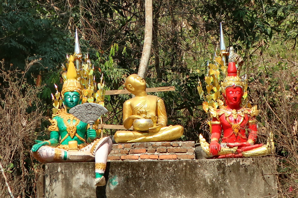 Deities close to Wat Longkhun