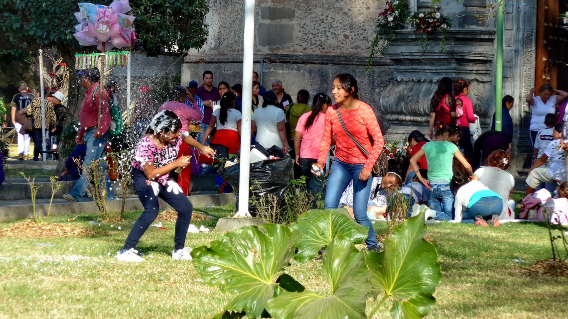 Fighting girls in front of the church of Santa Cruz