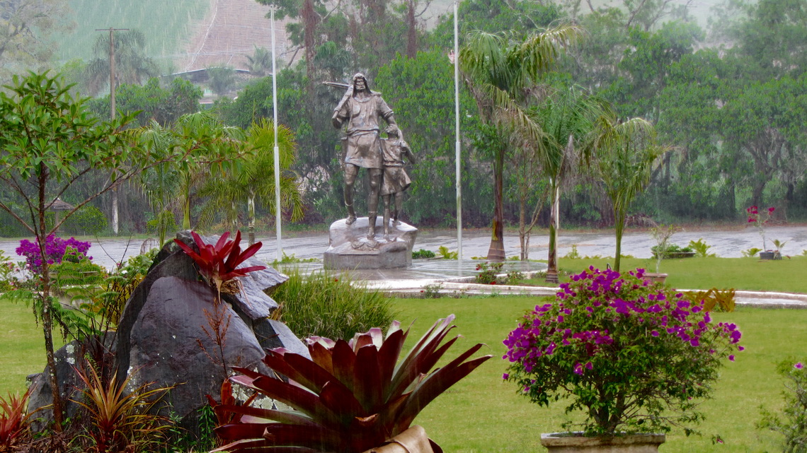 Wilhelm Tell in the rain behind the Queijaria Suica