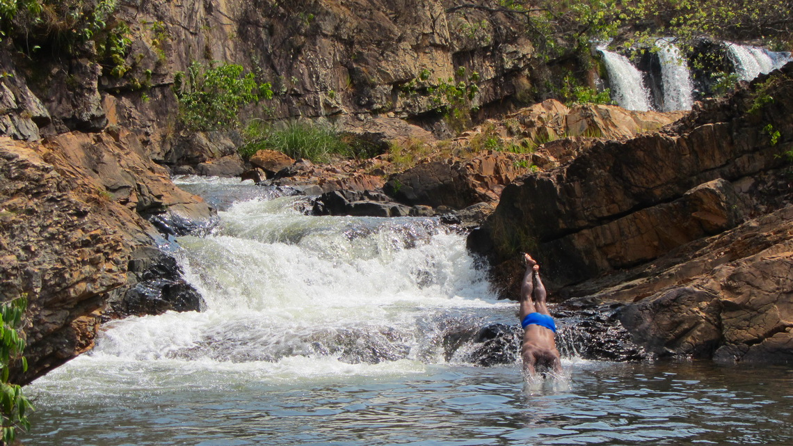Jumping into the cold water of the Indaia river on a hot day