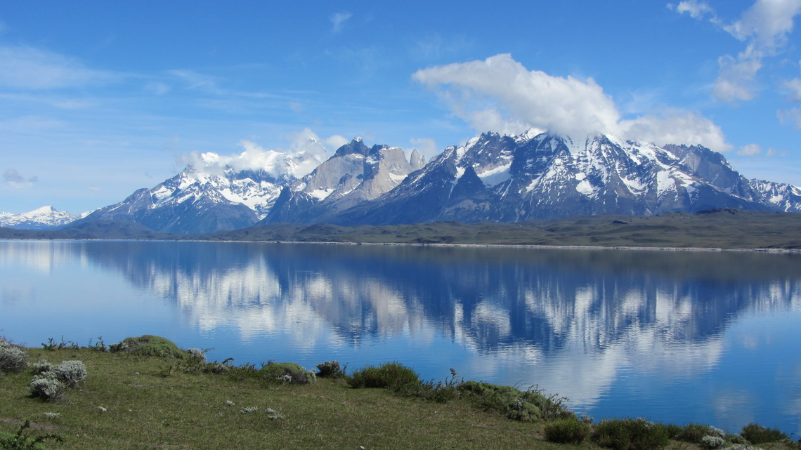 Lago Sarmiento de Gamba on the street to Laguna Verde with the full range Torres del Paine